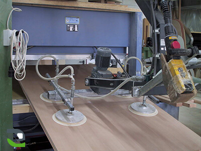Suction cup lifting device for lifting wooden panels with 180° rotation